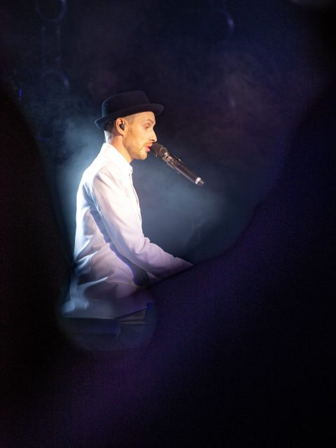 Herr Schmitt spielt am Flügel zu Schmitt singt Jürgens - Die Udo Show
