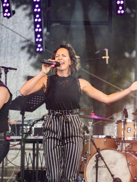 Mandy Römer singt bei Auftritt von Die Schmitt Band